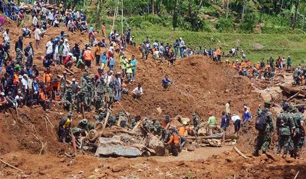 Endonezya'da heyelan birçok evi yuttu