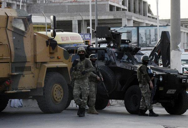 Askeri zırhlı araçlar Diyarbakır kavşaklarında