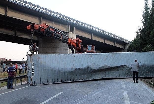Konteyner yüklü tır devrilince İstanbul yolu kapandı