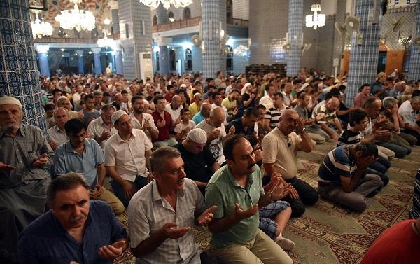 İlk Teravih Namazı'nda camiler doldu taştı