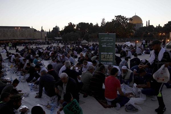 İsrail Mescid-i Aksa'da iftara engel olamadı