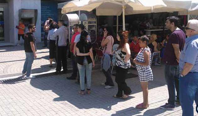 Yunanistan'da halk ATM'lere koştu