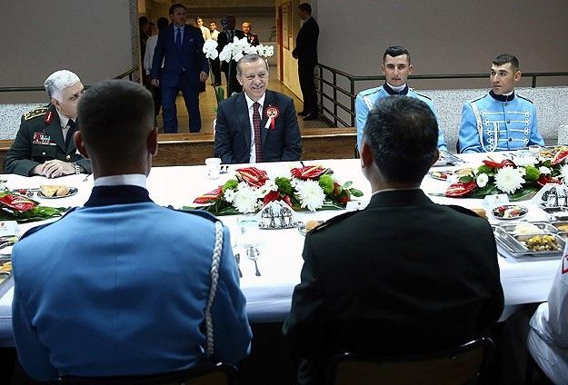 Erdoğan Muhafız Alayı'nda iftar yaptı