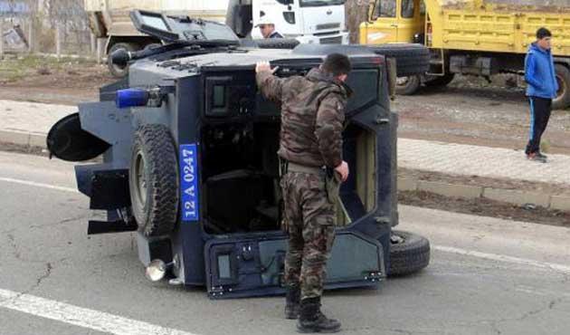 Gösteriye müdahale eden polis aracı devrildi