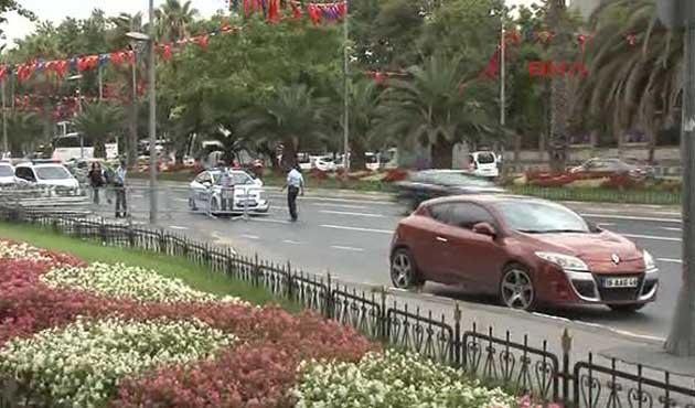 İstanbul Emniyeti önünde şüpheli araç alarmı