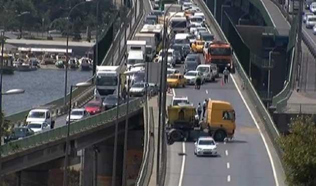 Haliç'teki kaza trafiği felç etti