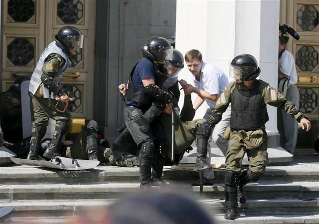 Parlamento önünde çadır kuran Saakaşvili taraftarlarına operasyon: 101 gözaltı