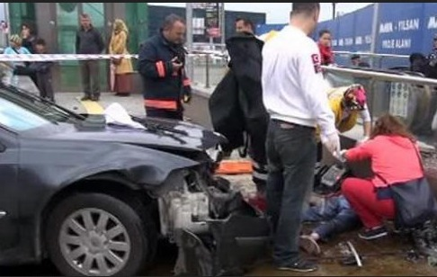 İstanbul'da otomobil metro istasyonuna girdi