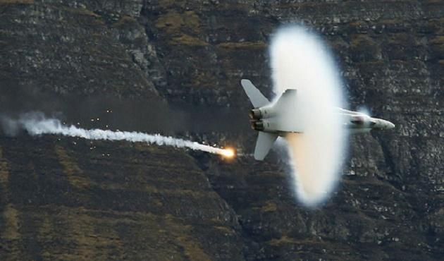 İsviçre F-18 savaş uçağı düştü