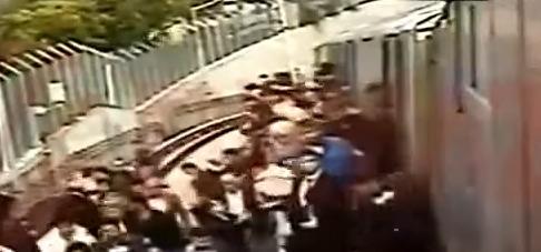 Metroda 'canlı bomba var' izdihamı | VIDEO