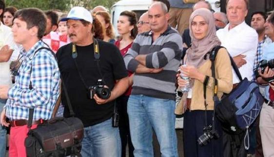 Başörtülü gazeteciye 'bombacı' muamelesi