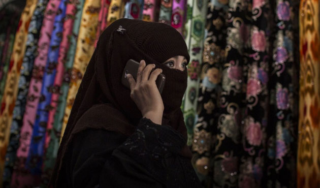 Doğu Türkistan'da peçe ve burkaya hapis cezası