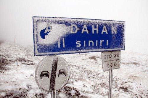 Ardahan'da yoğun kar yolları kapattı