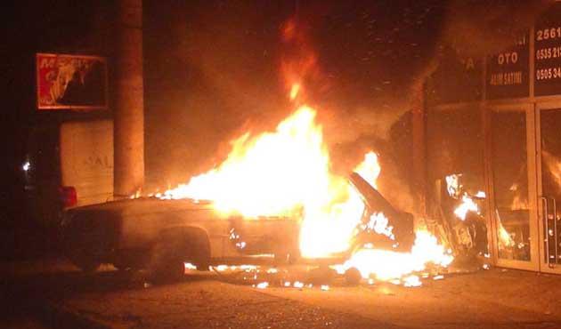 Lodos'ta elektrik telleri koptu, 2 araç yandı