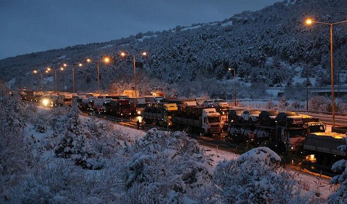 Kar, Bolu'da TEM'i ulaşıma kapattı