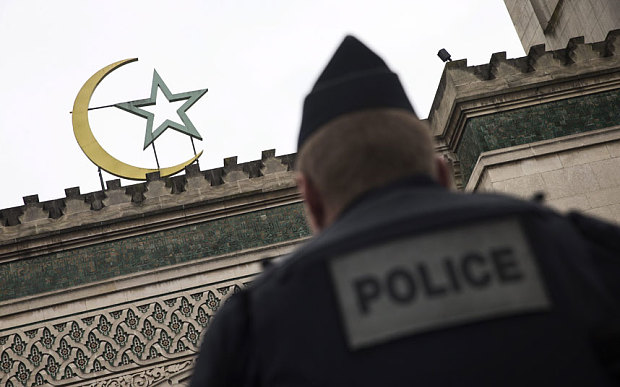 Fransa'da Müslümanlar operasyonları yargıya taşıyor