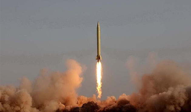 İran balistik füzelerini test etti