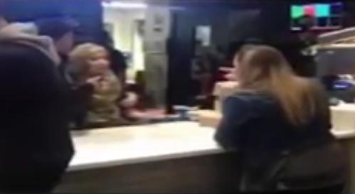 KFC'de başörtülü işçiye ırkçı saldırı | VIDEO