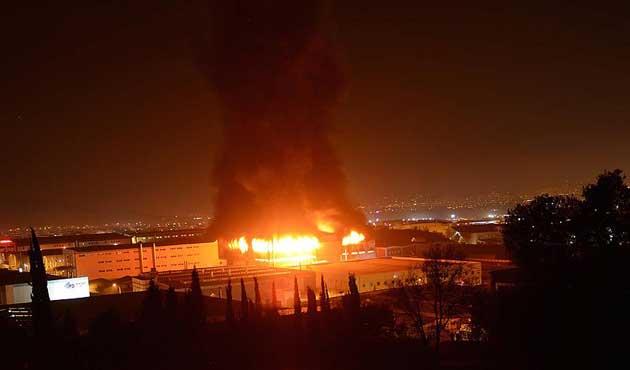 Bursa'da fabrika yangını saatlerdir sürüyor