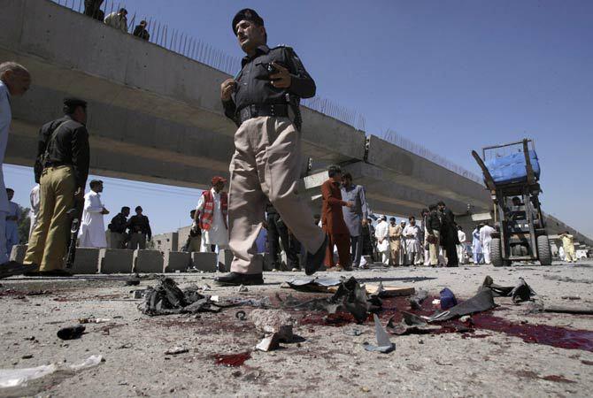 Pakistan'da bombalı sadırı: 18 ölü