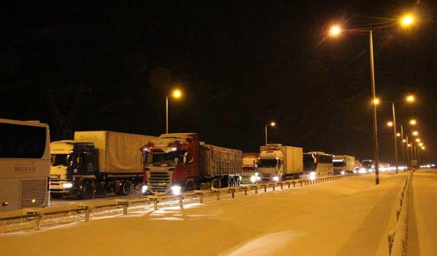 TEM'de Kocaeli - İstanbul karayolu kapandı