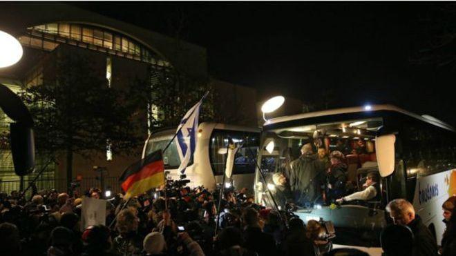 Mülteci otobüsü pinpon topuna döndürüldü