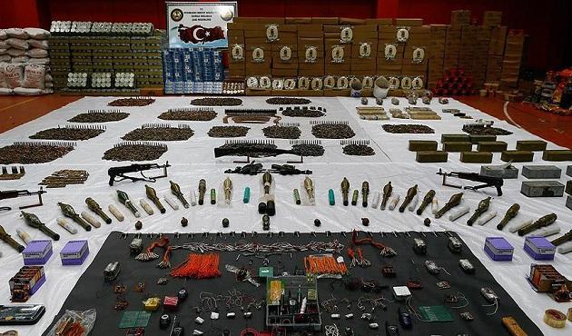 Sur'da çok sayıda silah ve mühimmat ele geçirildi
