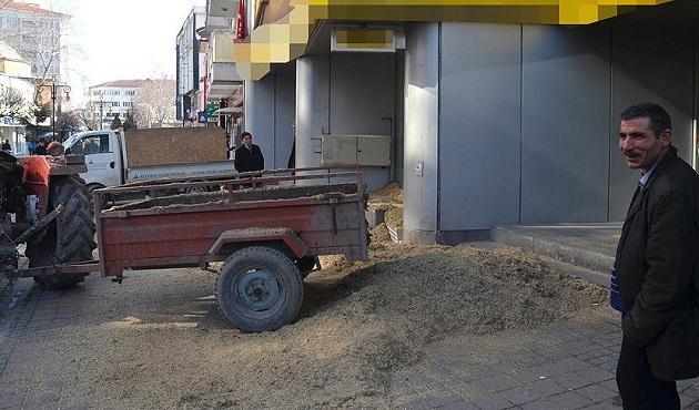 Kargodan telefon yerine çöp çıkan çiftçiden ilginç protesto