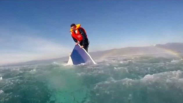 Batan tekneye tutunarak hayatta kaldı | VİDEO