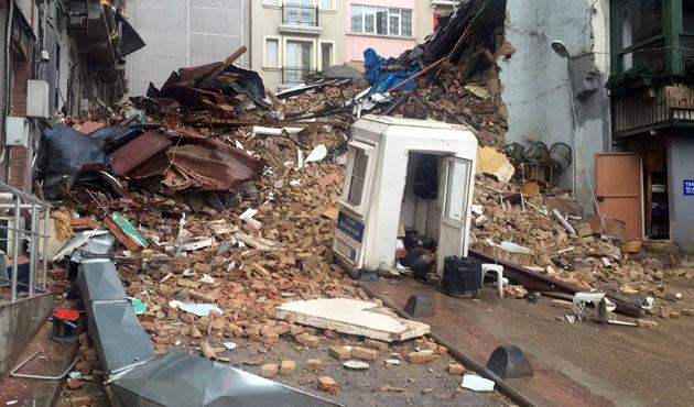 Beyoğlu'nda çöken bina korkuttu