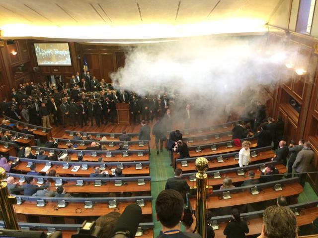 Kosova Meclisinde muhalefet gazı