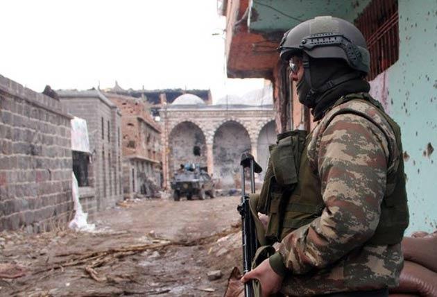 Sur'da üç PKK'lı teslim oldu