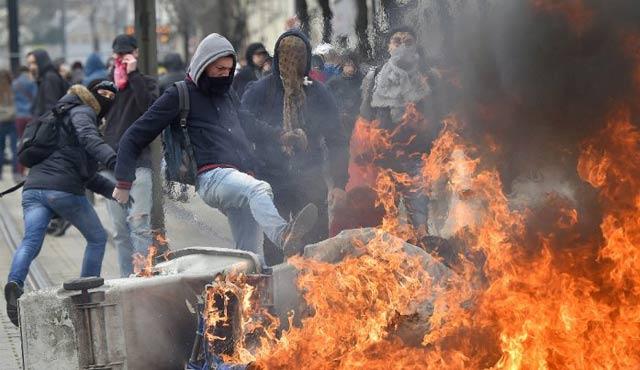 Fransa'da öğrencilerle polis çatıştı