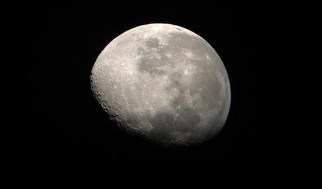 Ay'ın ekseni değişmiş