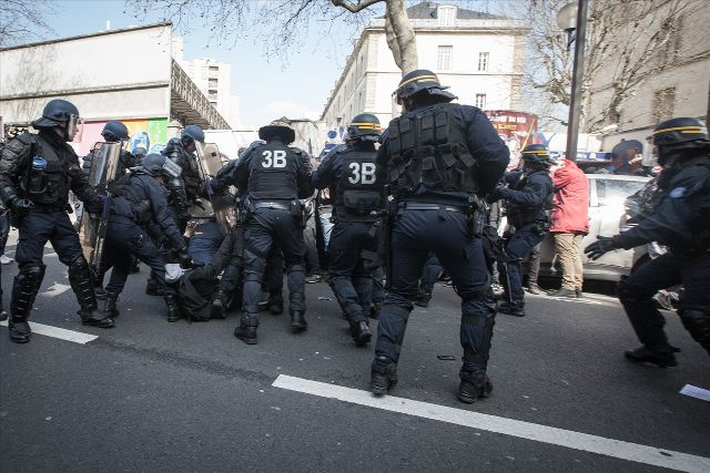 Fransa'da çalışma yasasına protesto: 19 yaralı