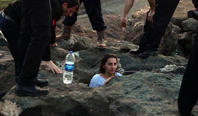 Selfie yaparken kayaların arasına sıkıştı