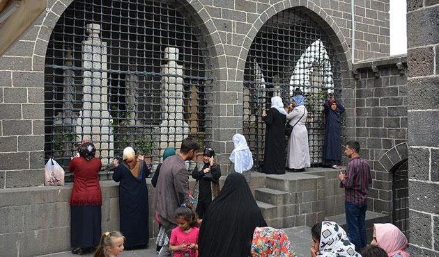 27 sahabenin metfun olduğu camiye yoğun ilgi