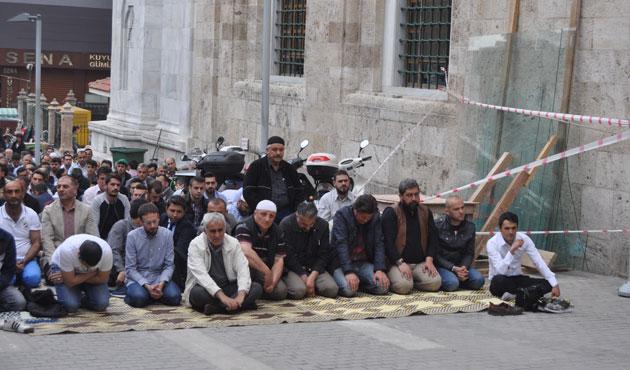 Cuma namazında Bursa Ulu Cami doldu