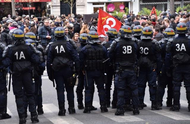 Fransa'da binler çalışma yasasına karşı yürüdü