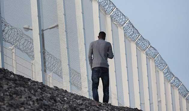 Fransa, Calais'i çevreleyen duvarı uzatıyor