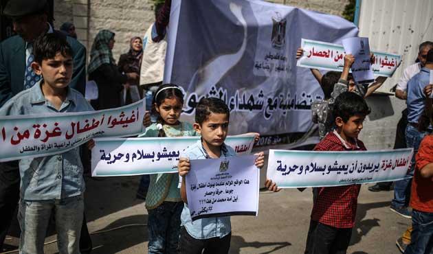 Gazzeli çocuklar ablukaya karşı yürüdü