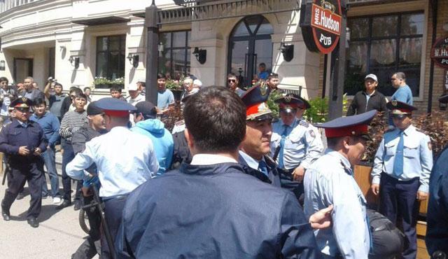 Almatı'da polise saldırı: 2 ölü