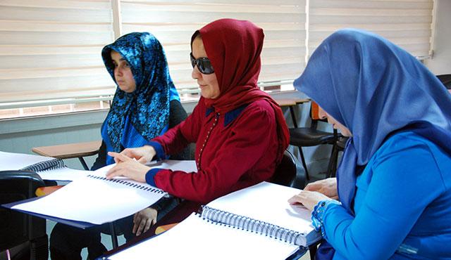 Braille alfabesiyle üç ayda Kur'an öğrendiler