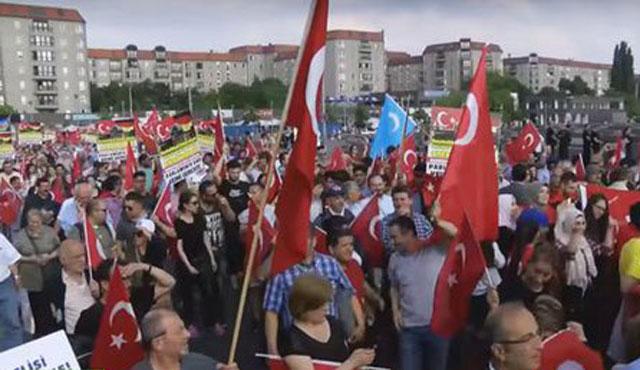 Berlin'de 'Ermeni soykırımı iddialarına' karşı yürüyüş