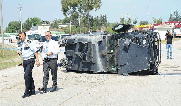 Adana'da Çevik Kuvvet otobüsü devrildi
