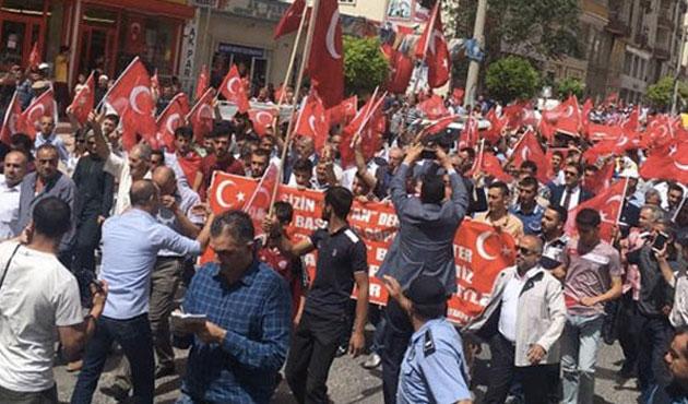 Midyat'ta ellerinde bayraklarla protesto yürüyüşü