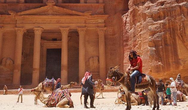 Petra'da kumlara gömülü dev bir yapı bulundu