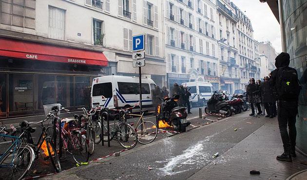 Paris'teki gösteride gazeteciler gözaltına alındı