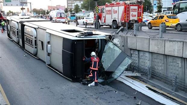 Cevizlibağ'da metrobüs devrildi, 10 yaralı