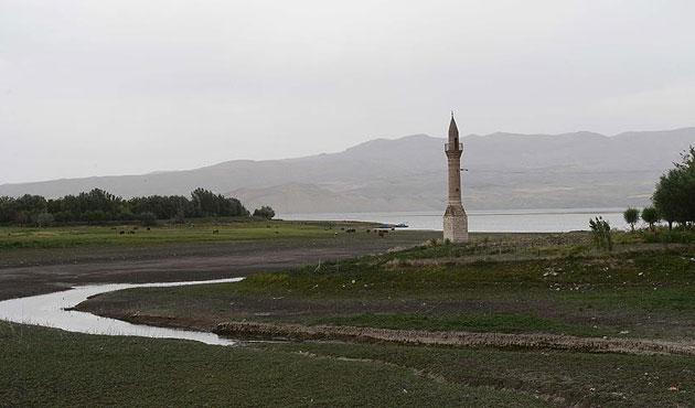 Yıkılan camilerin minareleri direniyor